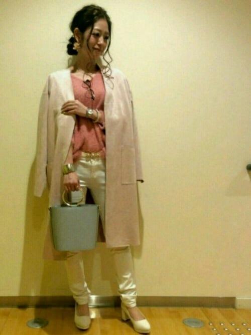 ピンクと白の組み合わせは、優しく女性らしい印象。スキニーパンツは甘くなりすぎず、クールさもプラスできます。