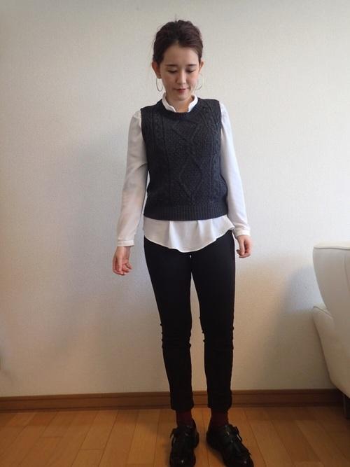 襟が小さいシャツは首回りをすっきりとさせます。ジャストサイズならベストを重ねレイヤードを楽しむのもいいですね。