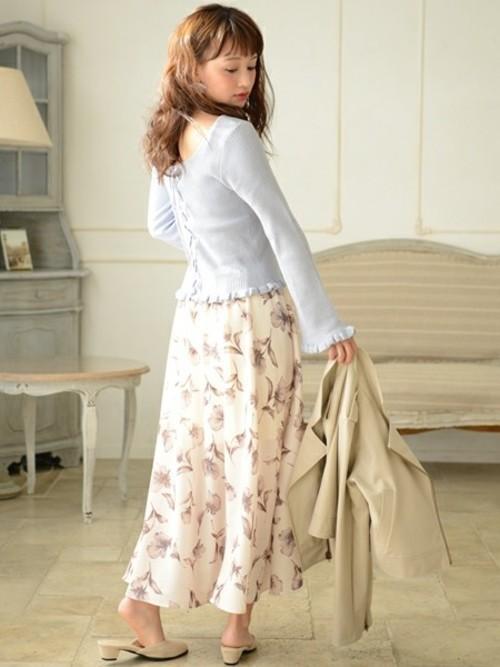 やさしい色の花柄スカートに癒されます。バックレース&フリルのプルオーバーとミュールで抜け感たっぷりのフェミニンコーデ。