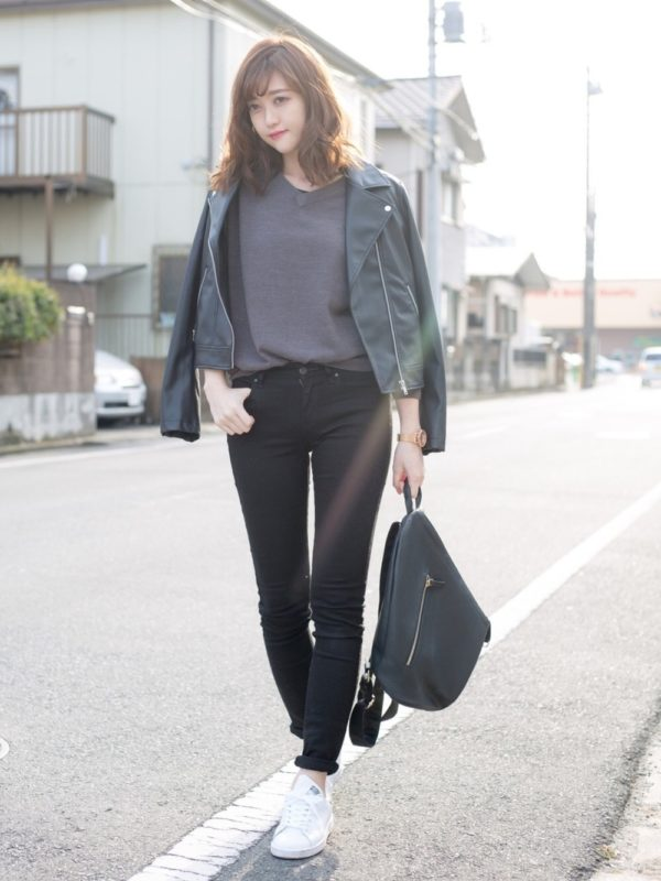 GUのトップスを使ったコーデ。シンプルなデザインのトップスは、ブラックパンツとライダースジャケットを合わせて辛口スタイルに♪スニーカーとリュックで外しを効かせると、バランスよくなりますね。パンツの裾は、ロールアップして♪
