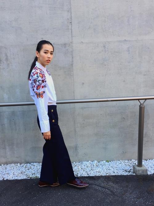 白シャツに春らしい花柄の刺繍が施され、春をいっぱいに感じます。パンツはブラックでモードな感じですね。