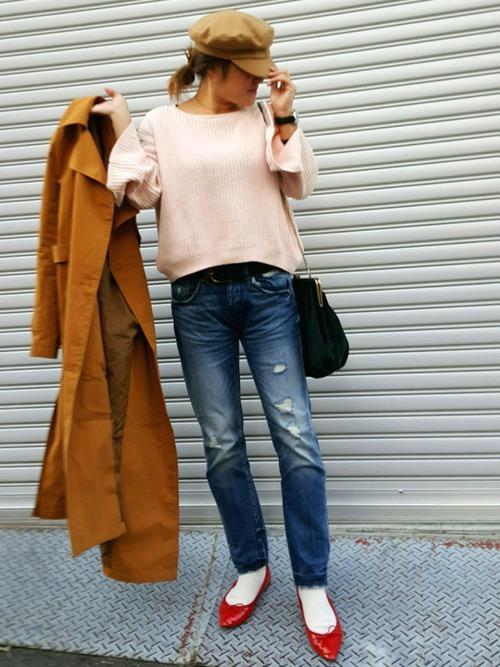 カッコイイパンツに女度高めな真っ赤なシューズを合わせれば、ピンクのニットもスタイリッシュにまとまります♪マニッシュなブラウンのコートで大人っぽさをUPして。