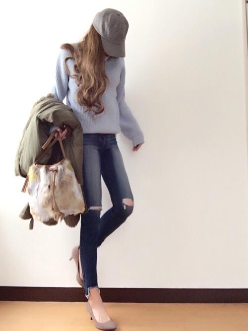 クラッシュデニムとブルーのシンプルなセーターでシンプルでクールなコーデ。きれいめなパンプスを合わせることで、スッキリ縦長シルエットに仕上がってます。ジャケットを着ると、ボリューミートップスがトレンドライクに。