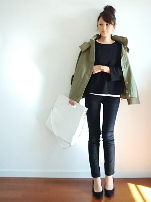 女性らしい丸みを帯びたシルエットのカットソーにスキニー+パンプスで、カジュアルダウンしつつも女性らしい装い。