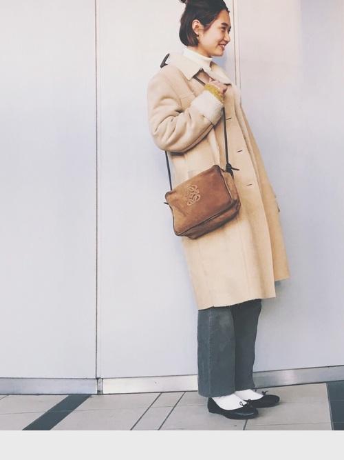 ベージュのムートンコートとコーディネートしたスウェードのバッグがピッタリ♪足元は白ソックスとバレエシューズでスッキリ。パンツと合わせて大人カジュアルスタイルに仕上げているのがかわいらしいですね。