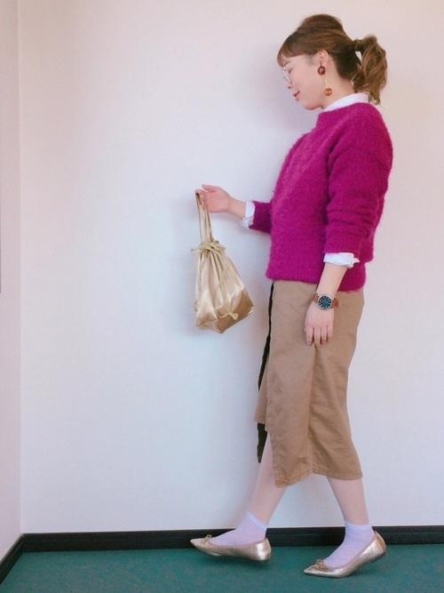 歩きやすいようにラップ風になったチノタイトスカート。白シャツ&ピンクニットと合わせたご近所スタイルです。足元は軽やかにソックス+バレエシューズにして、バッグをバレエシューズと同じゴールドでリンクさせた、おしゃれの小技が利いたカジュアルコーディネート。