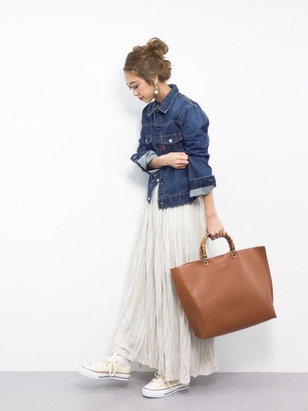 この時期はデニムジャケットもオススメ!!爽やかな印象になります♪ラフなロングスカートと合わせて、カジュアルに着こなすとお洒落ですね。バッグは、少しきちんとしたデザインにすると、全体が締まって大人っぽくなります。