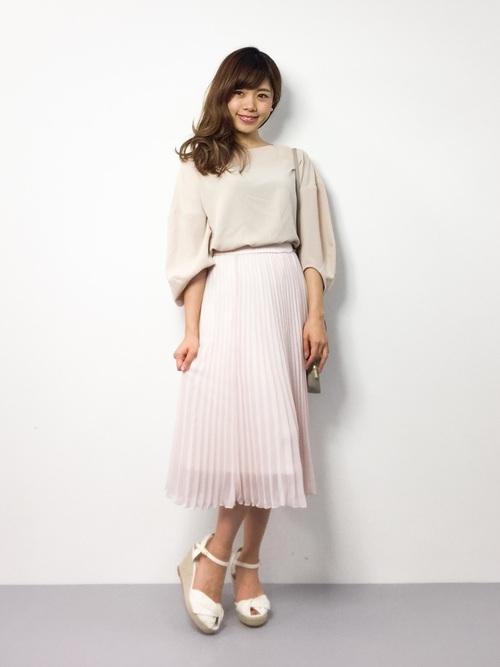 かわいらしいピンクのチュールプリーツスカートも、ベージュと合わせると大人女性っぽい雰囲気になりますね。
