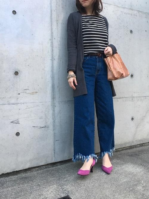 切りっぱなしのデニムはレトロ感のあるアイテム。春らしいピンクの小物を合わせて今の季節にぴったりなナチュラルな着こなしを作ってみて♪