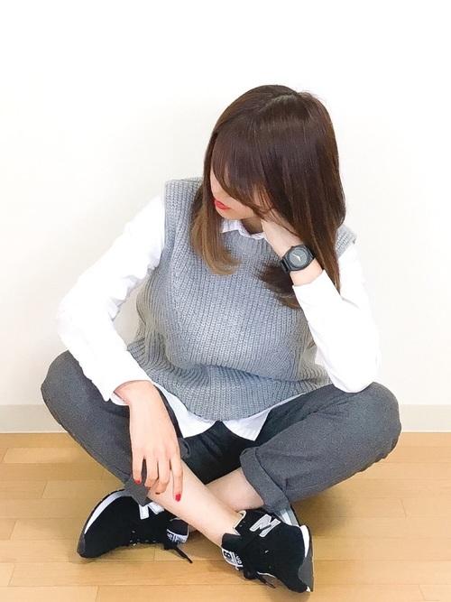 白いシャツをグレーのウールテーパードパンツに合わせると、スーツスタイルみたいですね。そこにラフっぽくグレーのニットベストを合わせてやわらかさを出して、大人女子のクールカジュアルコーデ完成!