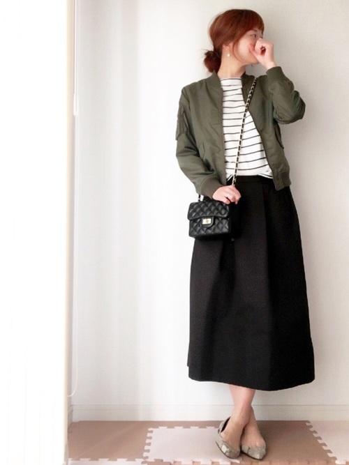 ◆IENA SLOBE ナイロンクロップド MA-1 ブルゾン  いつでもサッと着ることができるブルゾンはロングシーズン楽しめるアイテム。こちらは裏地がないので初夏まで着ることができます。ミディ丈のスカートやハイウエストのボトムス、ワイドデニムなど、トレンドのボトムスと好相性で着まわしのきくアウターです。