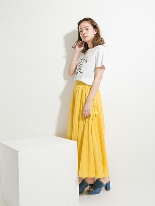 カラーギャザースカートをロゴTシャツで外してみるのも◎。デニム素材のサンダルでさらカジュアルダウンして着こなしやすく。羽織りものにはデニムジャケットを合わせても。