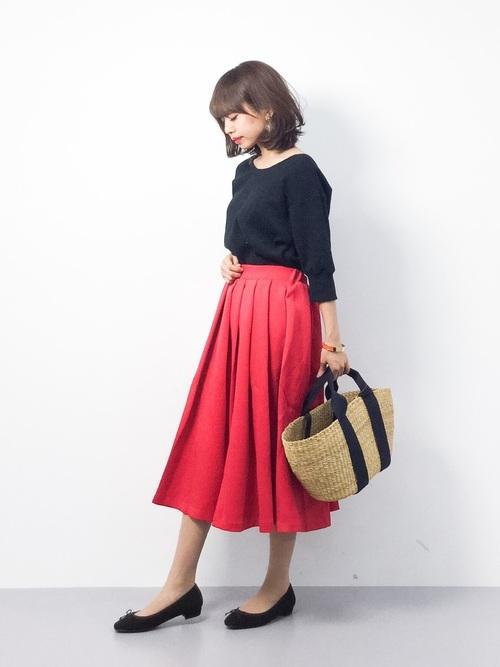 赤いフレアスカートが、レディライクな仕上がりのきれいめコーデ。大人っぽくスカート以外は、黒でまとめて。かごバッグで春らしさと軽さを添えます。バレエシューズも今年らしい印象です。
