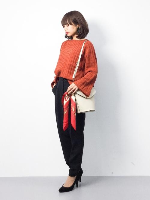 ハンドバッグやショルダーにも巻き付けても。長さを生かして、スカーフを垂らすようにすると揺れたときに表情ができてかわいらしいですよ。