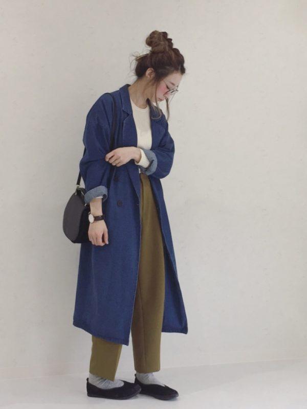 デニム生地のアウターコーデ。ロング丈のデニムコートは、ざっくり羽織った旅人スタイル♪モスグリーンのパンツとの相性は抜群ですね。ラフなシューズでリラックス感を出して、きちんとバッグで引き締めて。