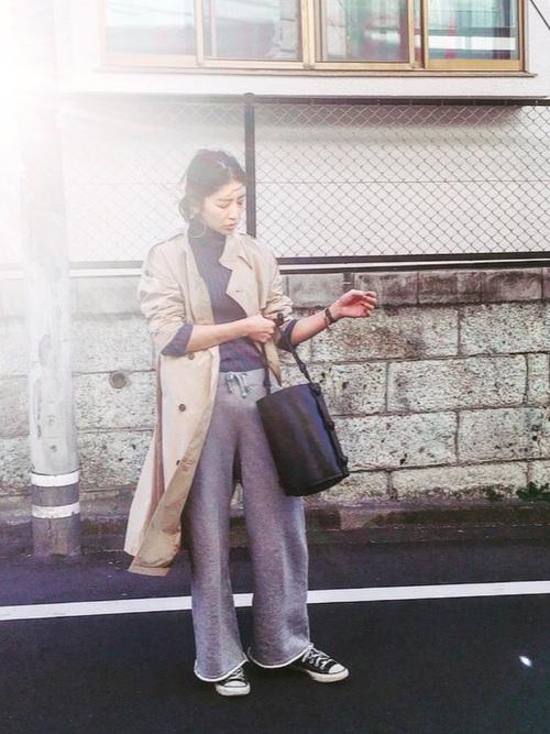 まだ肌寒い季節、永遠の定番のトレンチコートがやはり重宝しますよね。その裾からのぞくワイドパンツがスウェット素材なら、とてもこなれて見えますね。バケツバッグも素敵です。