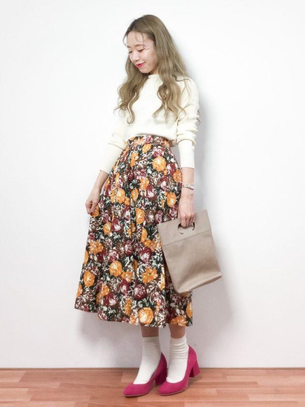 先ほどのパンプスのコーデ。ガーリースタイルに仕上がっていますね。ブラウンカラーの柄スカートに、ピンクのパンプスが可愛いですね。ソックス履きすることで、個性のある2アイテムが調和しています。