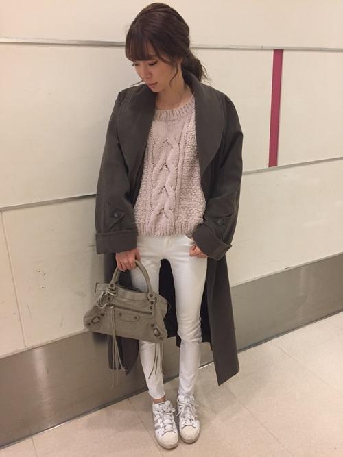 まだ少し肌寒い日には、だぼっと感が可愛いオーバーシルエットなトレンチコートを合わせて。ベージュニット×ホワイトパンツで女性らしい優しい印象を作っています。