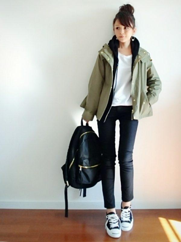 GUのブラックパンツを使ったコーデ。カーキーカラーのジャケットを合わせてアクティブなスタイルに。ジャケットの下にブラックカラーのパーカーが入るだけで、全体のバランスが整いますね。