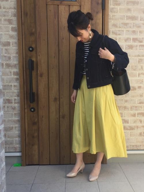 ふんわり裾の広がるスカートには、トップをGジャンでコンパクトにまとめるとすっきりします。インナーのボーダーカットソーとも相性バツグン。スカートにカットソーをインすることでスタイルアップして見えます。ボトムにキレイ色を取り入れることで、春を意識したコーディネートに仕上がりますね。
