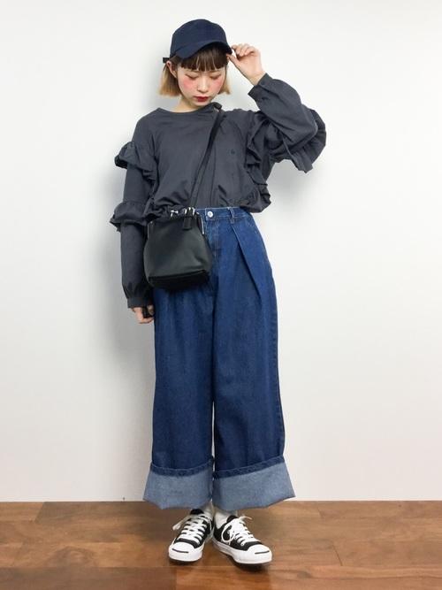 今期はワイドパンツを太くロールアップするコーデも多く見ますよね!個性的に今風に履きたい人にオススメです!
