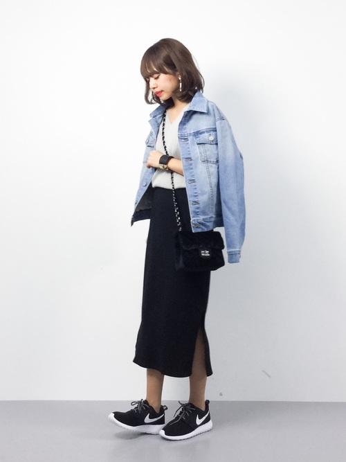 ゆったりしたシルエットとストレッチの効いたデニム生地でストレスフリーなジャケットですから、ボトムスにロングタイトスカートを持ってきてもバランスよく着こなせます。トレンドを取り入れた肩掛けスタイルもGOOD♪