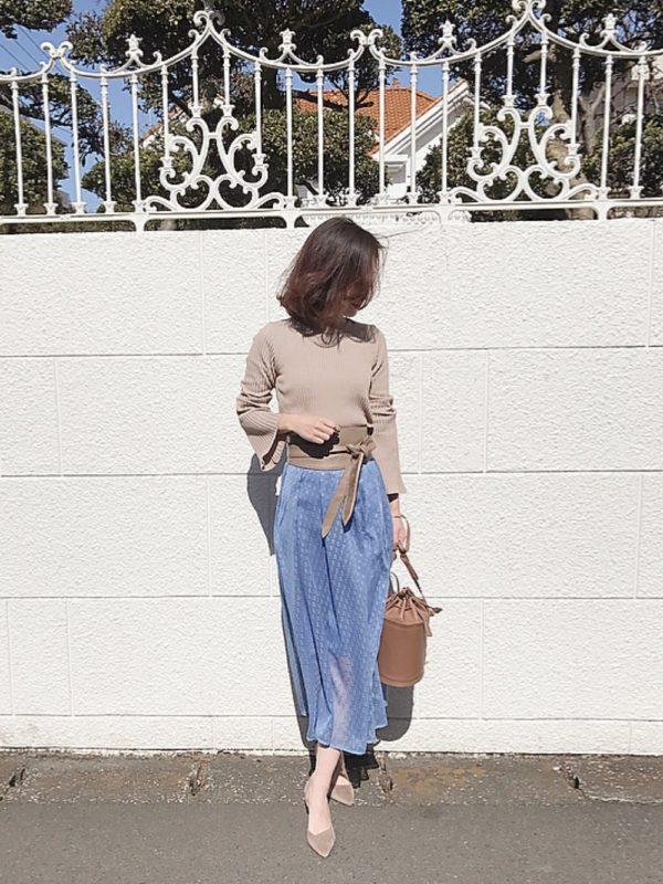 ベージュカラーのパンプスを使ったコーデ。相性の良いブルーカラーのスカートにベージュアイテムを揃えて、大人スタイルに。色合いが落ち着いていて、エレガントな雰囲気に♪サッシュベルトがさりげなく、エッジを効かせているのがいいですね。