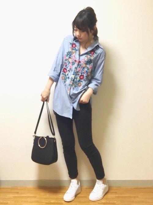 ストライプシャツの前面に施されたフローラル刺繍が可愛いポプリンシャツ。今年っぽく着るならゆったりめをチョイス。