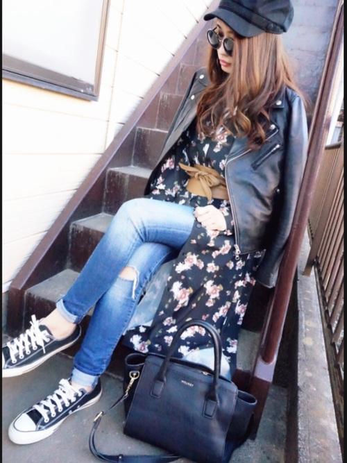 クラッシュデニムにブラックの花柄ワンピ、サッシュベルトで今年らしく。かっこよくライダーズジャケットを羽織って、キャスケットをかぶれば超ファッショナブルスタイルに。