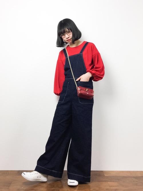 大きなポケットやシルエットが懐かしいシルエットのオーバーオールに、真っ赤なふんわり袖のカットソーで可愛く♡