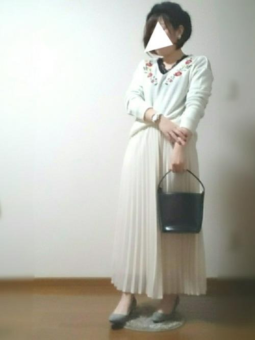 こちらはユニクロのスカートに今年流行の刺繍トップスを合わせたトレンドミックスコーデ。上品な女性らしいスタイルに仕上がっています。