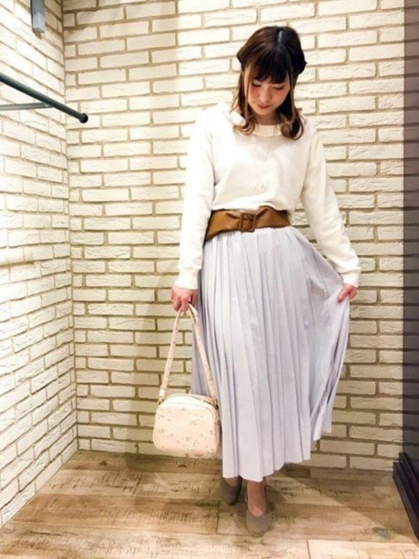 マキシ丈のプリーツスカートも、ラベンダー色だと春らしくてかわいい雰囲気に♡ウエストのサッシュベルトがアクセントになっていて、いいですね。