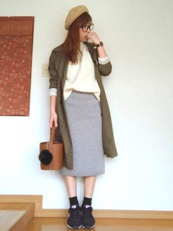 白ニットと明るいグレーのタイトスカートというシンプルコーデ、トレンチの裾から白ニットをのぞかせて見せるのがポイント☆