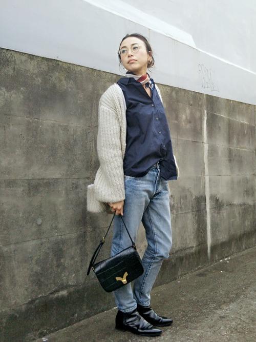 ◆WOMEN エクストラファインコットンオーバーサイズシャツ(長袖)  白シャツだとOLっぽさが出て苦手という人におすすめのネイビーカラーのオーバーサイズシャツ。ロング丈ではないから、フロントインも楽にできます。襟を広めに開けてスカーフで女性らしさをプラス。リーバイスの501をショートブーツで引き締めて。