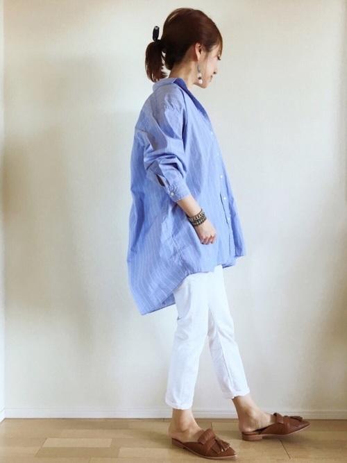 オーバーサイズのシャツをメンズライクに着こなしてます。ゆったりとしたシルエットが女性らしさを強調してくれますね。シンプルなコーデには、アクセサリーでポイントを作って。