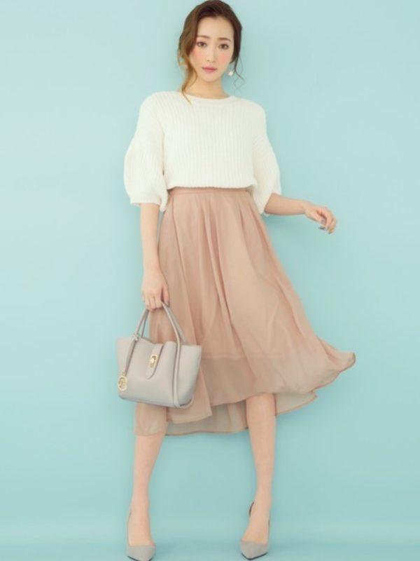 ピンクベージュのスカートが、大人女子っぽく落ち着いた雰囲気に♡シフォン素材で、イレギュラーヘムのシルエットも綺麗です。