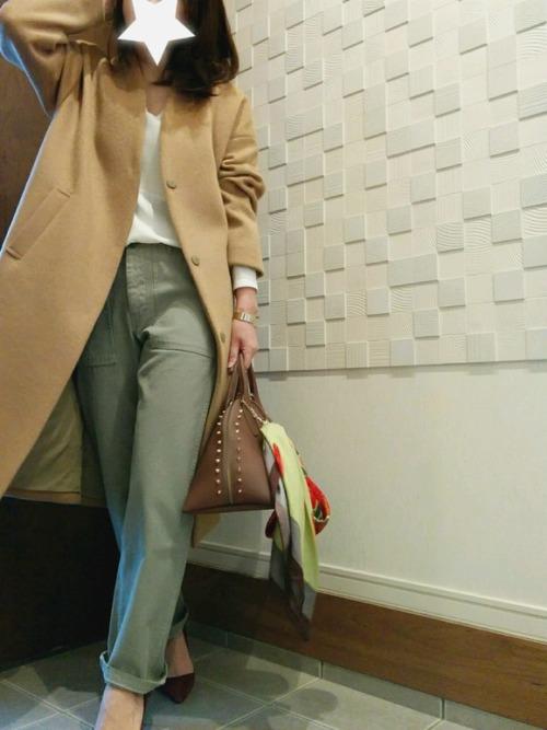 スカーフをバッグにさりげなく結ぶだけで、今年っぽさがプラスされます。ベージュを基調にしたオトナ女子向けのキレイ目カジュアルにぴったり。