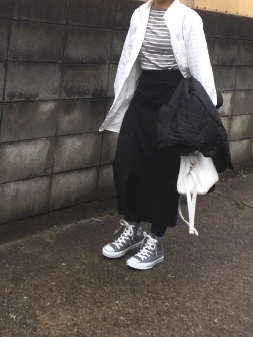 白のコットンシャツをアウター代わりに羽織ったコーデにも、タイトなシルエットのリブスカートなので合いますね。グレーを入れた白黒コーデがユニセックスな雰囲気です。