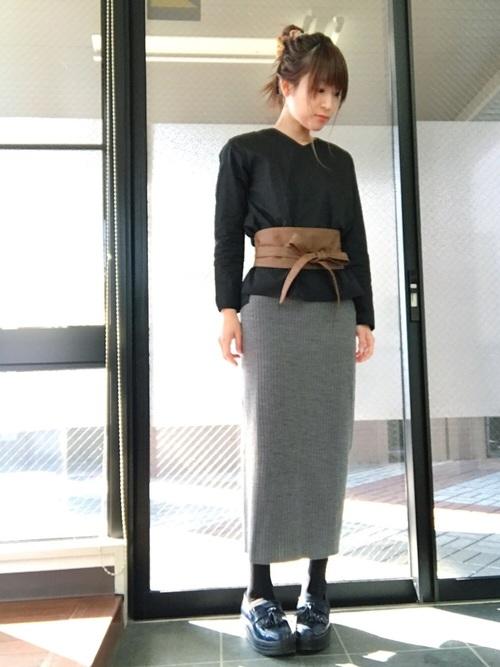 ベルトなしでも、様になっていると思いますが、帯のような幅広のベルトを巻くことによって、タイトスカートのシルエットがより鮮明になってハイウエストな印象になります。