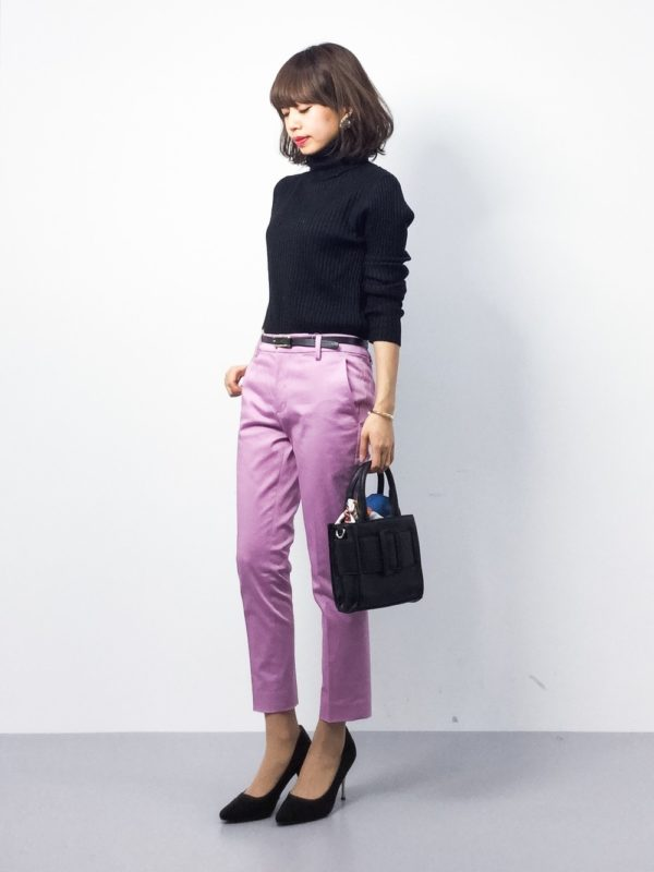 春にぴったりなラベンダーカラーのパンツを使ったコーデ。シックなタートルネックニットに、綺麗なラベンダーカラーのパンツを履くだけで新鮮スタイルに♪シンプルだけどパンチのあるスタイルがいいですね。