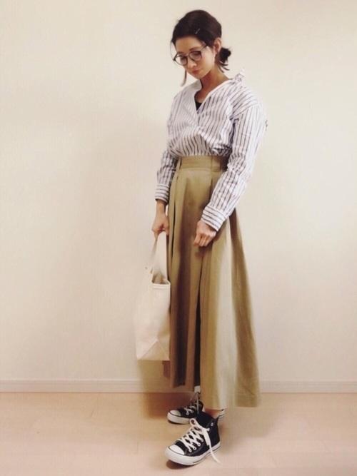 ストライプのスキッパーシャツとタックチノスカートのコーディネート。スキッパーシャツの襟は針金が入っているから、襟の形が自由自在。ボリュームのあるスカートにはスッキリシャツがよく合います。今季は襟を抜いて、カジュアルなこなれ感をアピールしましょう。