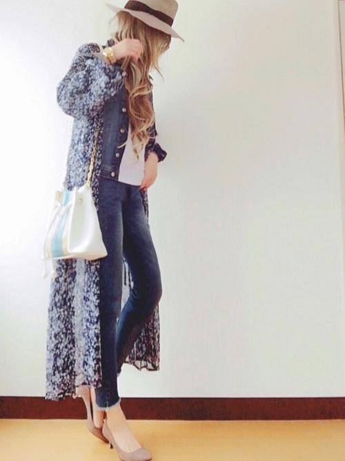 海外セレブが良く着ているイメージの花柄ガウン。ジーンズのセットアップファイルと小物使いがクールですね!