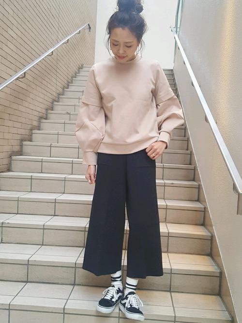 ダスティピンクのスウェットが、デザインもカラーも春らしくてこれだけで主役アイテムに。パンツの丈感が遊び心を感じます。