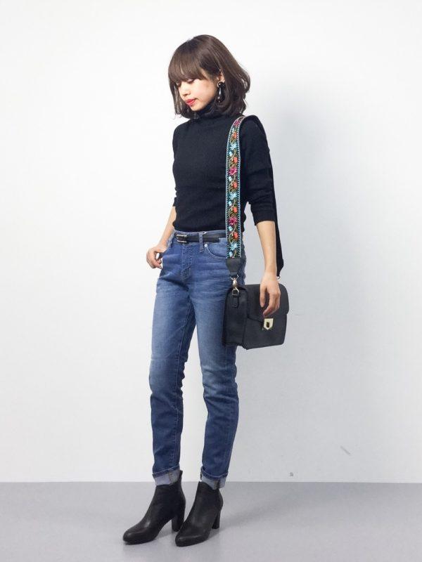 シンプルなデニムパンツスタイルに、アクセントになるトレンドのバッグを合わせたコーデ。今年のバッグは、刺繍入りバッグで決まり!!ショルダー部分が華やかになることで、大人っぽさがありつつも可愛らしさが漂っています。