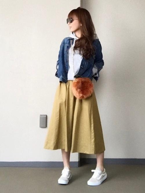 軽くやわらかいジャケットなので、レイヤードスタイルにも最適。パーカとレイヤードして、フレアのミディ丈スカートを合わせたスタイル。サングラスでクールに決めて。