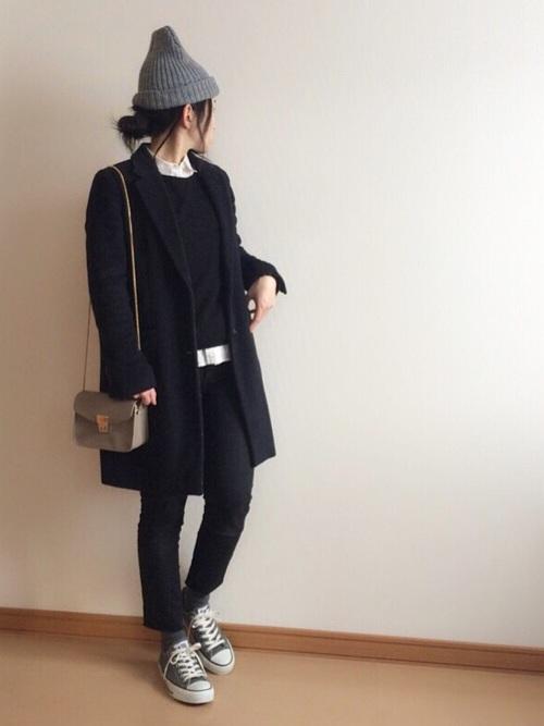 ほとんど実用的な意味合いの服のように思われるかもしれませんが、チラ見せする白い襟がスマートでクールなのです。モノトーンコーデに、ニット帽とコンバースのグレーがバランスのいい差し色に。