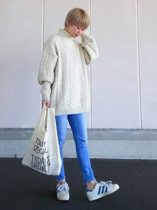 オーバーサイズのざっくりセーターにこなれ感がただよってますね。スッキリしたコーデなのに、雰囲気のあるカジュアルスタイルです。
