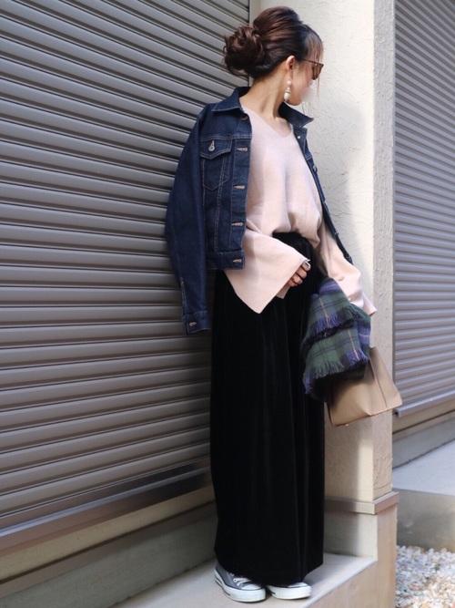 袖にスリットが入ったベルスリーブのフンワリニットに、ネイビーに近いカラーのUNIQLOのデニムジャケットを羽織ったスタイリング。黒のワイドパンツできれいめのコーディネート。Vネックのニットがデコルテラインを美しく見せています♡