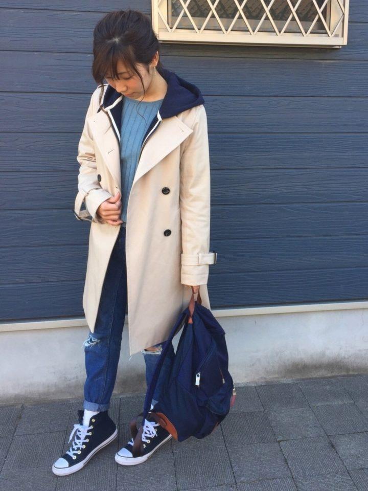 パーカーのフードをトレンチからのぞかせてカジュアルに♪少し肌寒いときの重ね着コーデの素敵なお手本ですね。