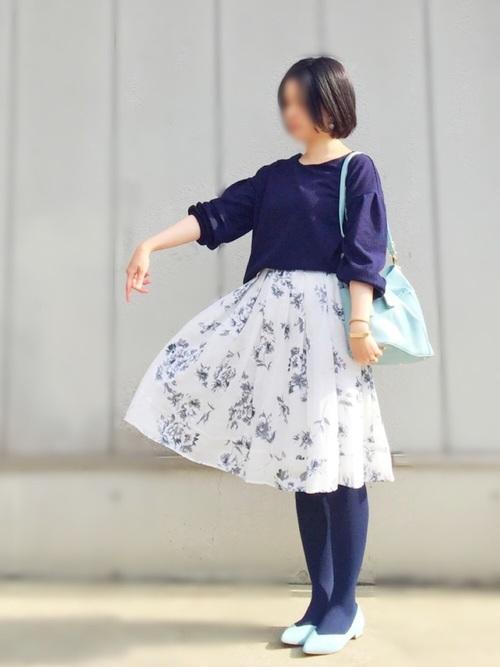 儚げな白の花柄スカートに紫がかった藍色のプルオーバー&タイツを合わせています。水色で揃えた小物も春らしいですね♡